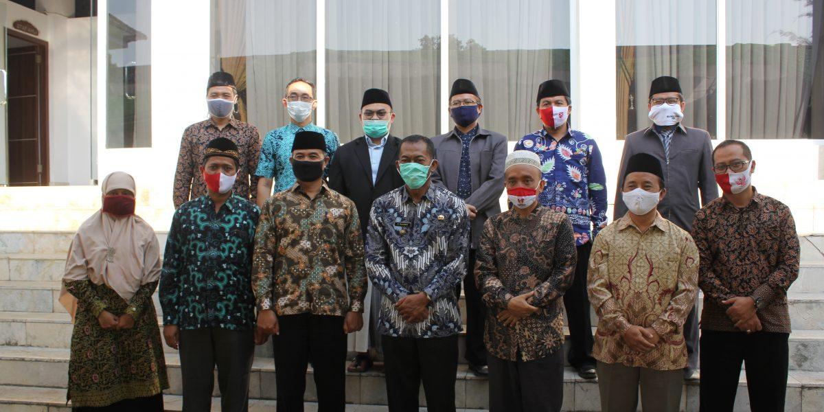 Foto Bersama Jajaran Pengurus Yayasan dan Bupati Subang